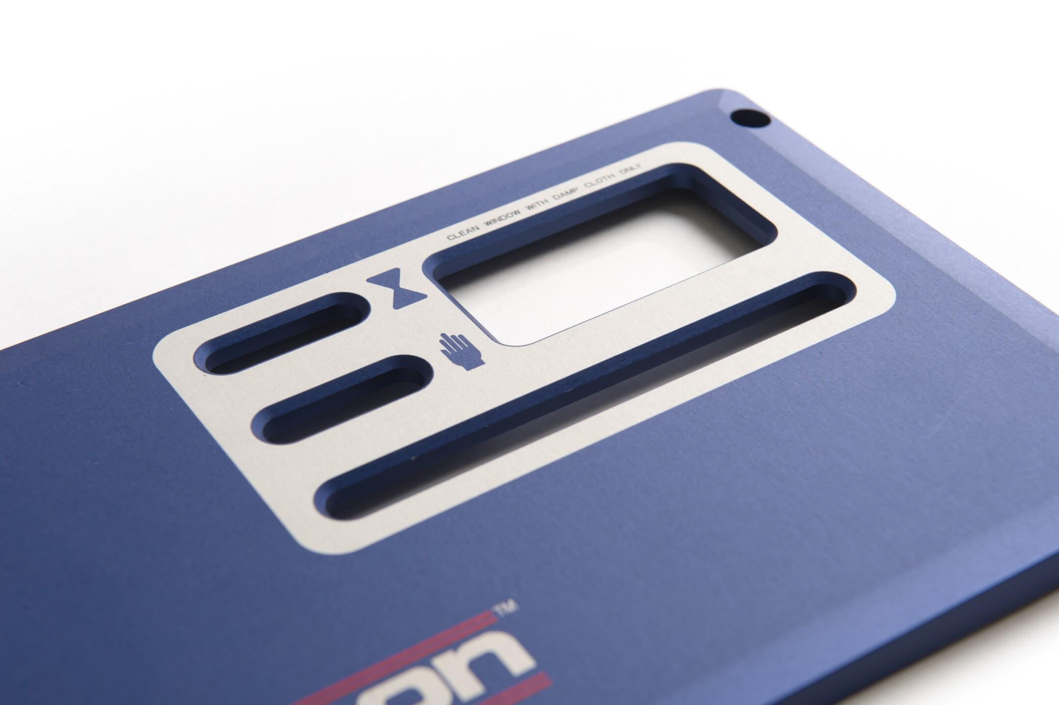 Gefreesd frontpaneel, blauw geanodiseerd, 2 kleuren indruk bedrukt